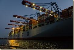 Beladung eines Containerschiffes