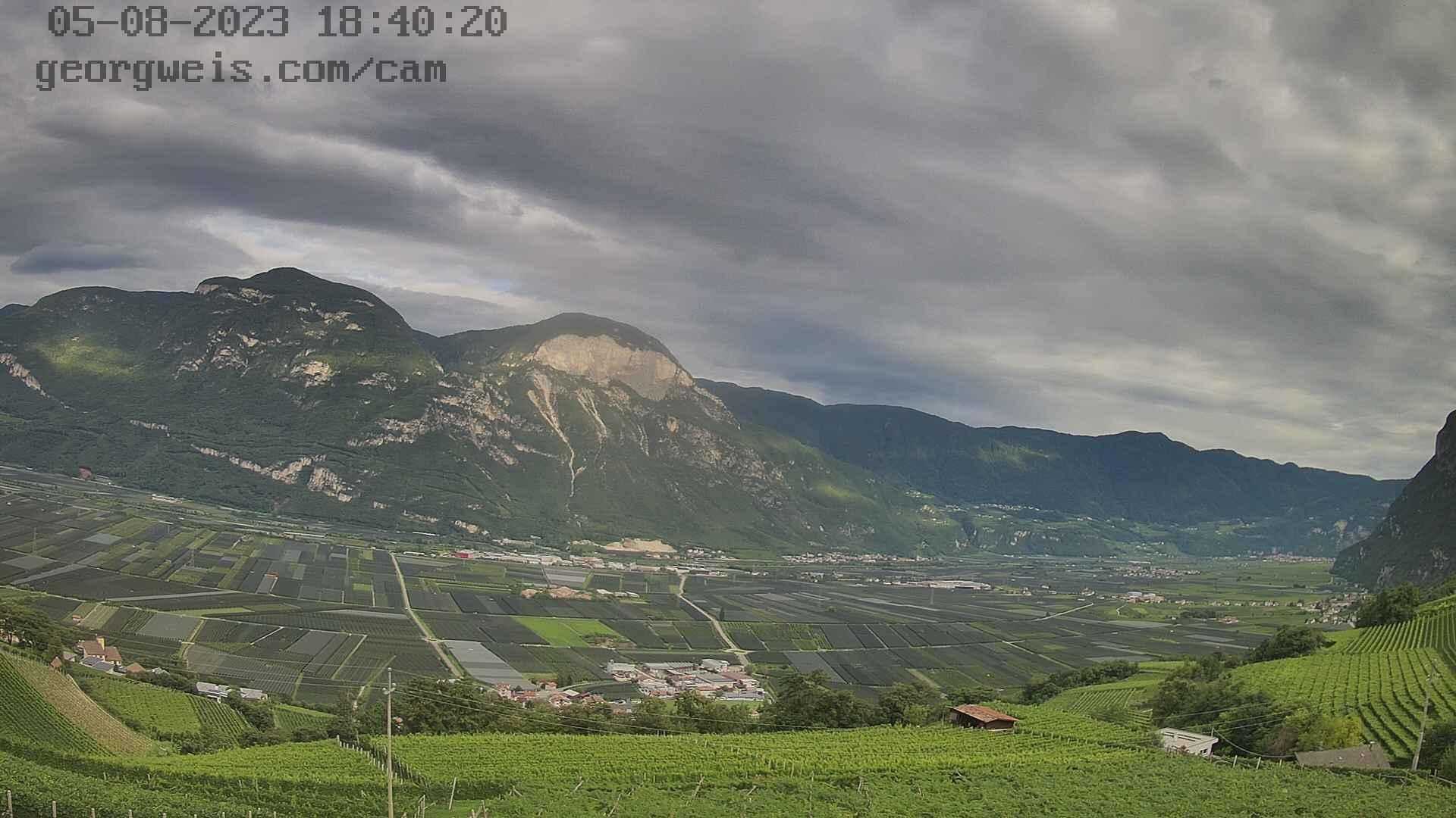 die Webcam zeigt den südlichsten Teil vom Südtiroler Unterland, mit den Ortschaften St. Florian, Laag, Kurtinig, Margreid, Salurn und Buchholz. Der Standort ist oberhalb von Kurtatsch, Blickrichtung Osten. Aktualisierung alle 10 Minuten.